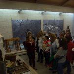 Η κα Αγλαία Κιουρκτσόγλου, υπεύθυνη του Μουσείου, ξεναγεί τα μέλη της ΕΦΕΛΣ